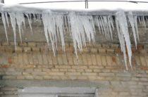 Очевидцы: В Санкт-Петербурге глыба льда с крыши упала на женщину