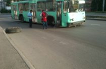 В Казани у троллейбуса на ходу отлетело колесо