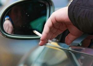 Курит в автомобиле