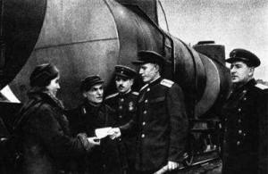 Работники_станции_Баку_отправляют_поезд_с_горючим_для_фронта