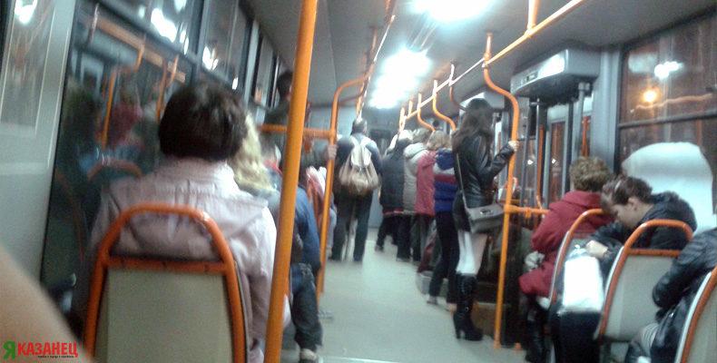 ВИДЕО: В Казани кондуктор испинал в трамвае пассажира, который заступился за девушку