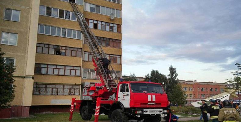 Окровавленный мужчина в Казани пытается выпрыгнуть из окна многоэтажки