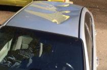 В Казани истоптали крышу припаркованного во дворе автомобиля