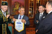 Президенту FIFA вручили национальный татарский халат и тюбетейку