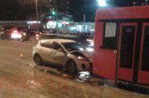 В Казани «Мазда» врезалась в автобус на остановке