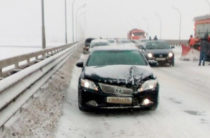 Соцсети: На мосту через Каму столкнулись около 20 автомобилей (Видео)