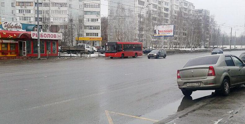 В Казани из автобуса выпала женщина с ребенком, девочка сломала руку