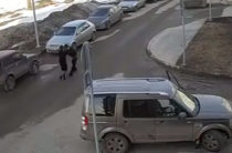 В Казани неадекватная женщина избила мужчину сфотографировавшего ее автомобиль