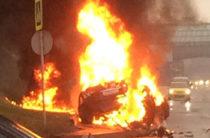 В Москве Maserati врезался в столб и загорелся, водитель сгорел (Видео)