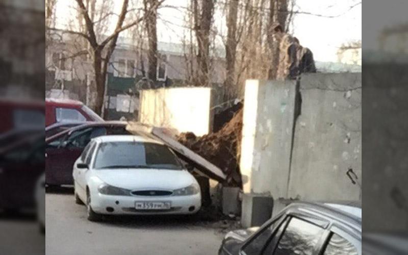 В Воронеже на автомобиль упала плита