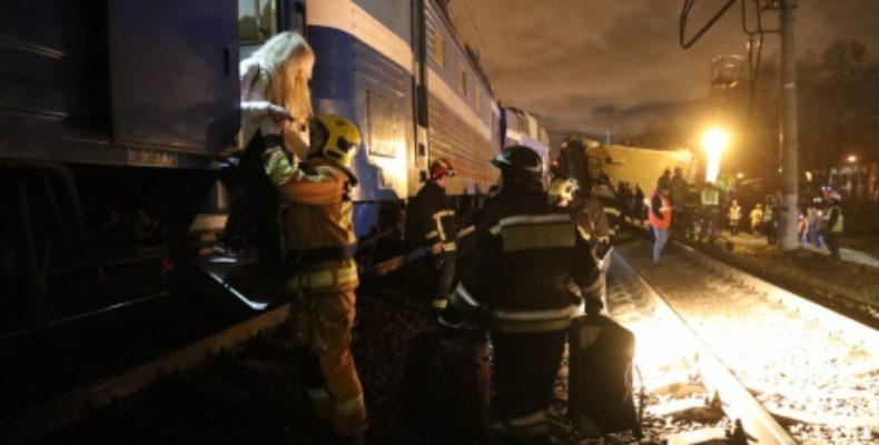 В Москве пассажирский поезд столкнулся с электричкой, есть пострадавшие