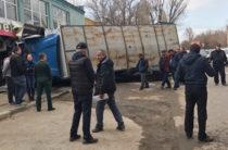 В Саратове груженный КАМАЗ врезался в магазин и раздавил припаркованную «Приору»