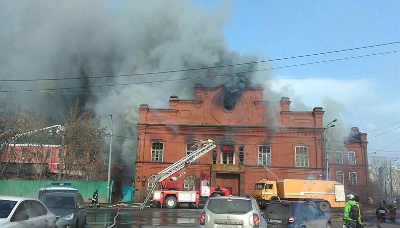 ВИДЕО: В центре Казани горит дом товарищества «Братья Крестовниковы»