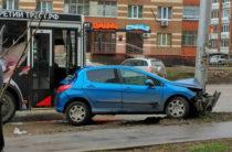 ФОТО: В Уфе автобус прижал иномарку к столбу
