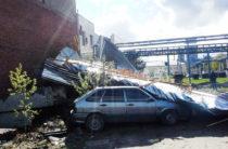 В Казани сильным ветром на автомобили сдуло крышу здания (Фото)