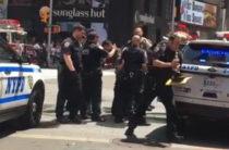 В Нью-Йорке водитель на легковом автомобиле протаранил толпу людей