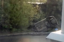 Пьяный водитель врезался в столб и перевернулся в Ижевске