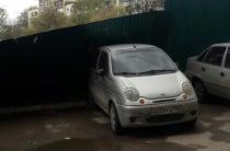 Ветер повалил забор на припаркованный автомобиль Daewoo Matiz в Уфе