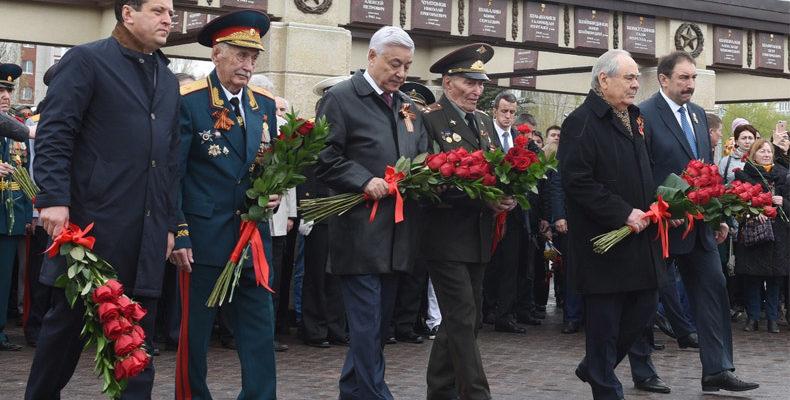 Минниханов, Шаймиев и Метшин почтили память погибших воинов у Вечного огня
