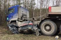 Три человека погибли «Лады» и грузовика в Югре