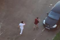 В Кирове двое неизвестных кулаками били по припаркованным автомобилям