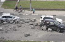 В Нижнем Новгороде бетонные блоки с КАМАЗа упали на автомобили