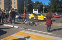 В Мытищах иномарка на тротуаре въехала в толпу людей