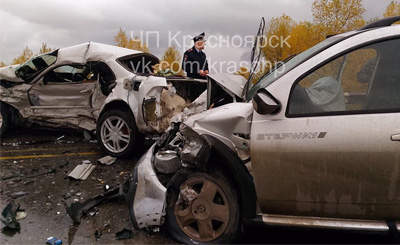 Ужасные кадры изКрасноярска: Лоб влоб столкнулись «Тойота» и«Рено»