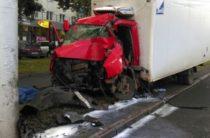 В Уфе сегодня утром водитель грузовика погиб врезавшись в столб