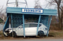 В Оренбурге «Мазда» влетела в остановку «Роземберга»