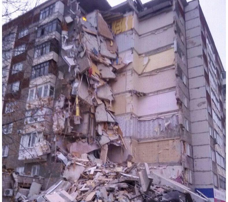 В Ижевске обрушился целый подъезд 9-этажного дома (Фото)