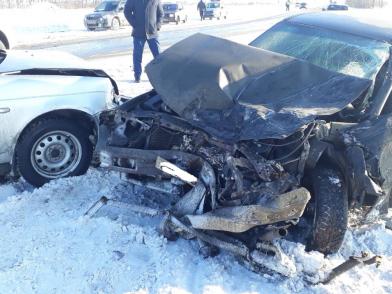 В Самарской области при столкновении трех легковушек и КАМАЗа погибли три человека