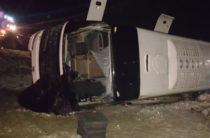 В Ростовской области рейсовый автобус опрокинулся в кювет, погибли 5 человек