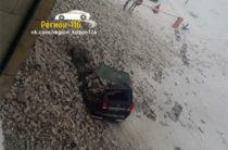 В Казани обрушился фасад завода им. Горбунова, повредив автомобили