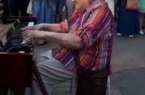 ВИДЕО: В Казани пожилая женщина на улице Баумана сыграла на пианино «Катюшу»
