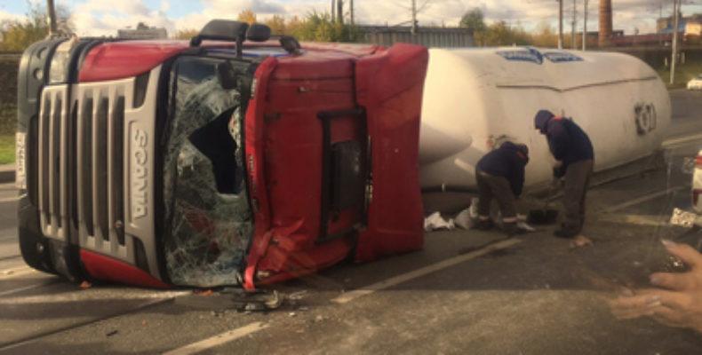 В Казани автоцистерна опрокинулась на трамвайные пути и повредила несколько автомобилей