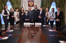Главный федеральный инспектор по РТ Ренат Тимерзянов вручил паспорта молодым татарстанцам