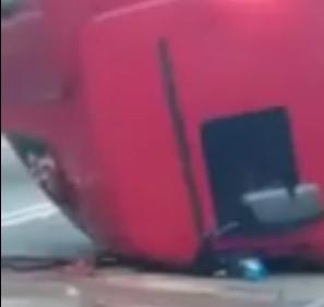 На трассе под Уфой у грузовика металлическими листами выбило кабину