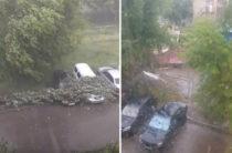 В Татарстане объявлено штормовое предупреждение. В Альметьевске ураган снес крыши и вырвал деревья