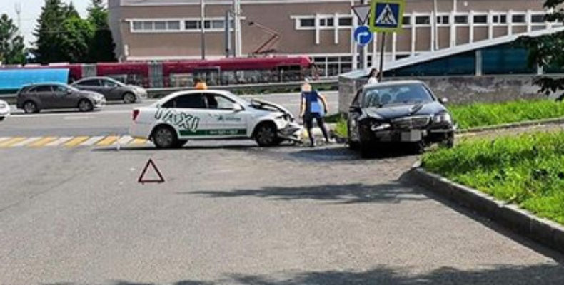 В Казани «Мерседес» выехал на «встречку» и столкнулся с такси, пассажирке потребовалась госпитализация
