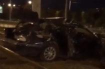 В Казани водитель «Мерседеса» серьезно пострадал, врезавшись в столб и вылетев на трамвайные пути