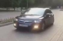 В Казани по пешеходным аллеям парка Горького гонял автохам на иномарке (Видео)