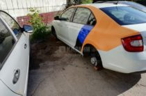 «Дикари». В Казани с автомобиля каршеринга «Яндекс.Драйв» сняли колеса