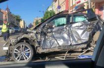 Водитель BMW, снесший несколько столбов и ограждений в центре Казани, объявлен в розыск