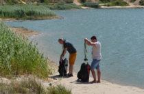 Активисты собрали на озере Изумрудном 150 мешков мусора
