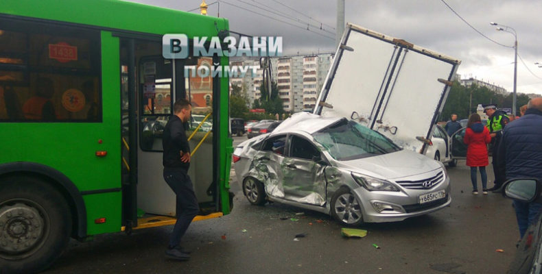 В Казани на улице Фучика иномарку зажало между «Газелью» и троллейбусом