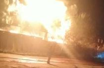 Ночью в Казани на улице Родины сгорел металлический ангар