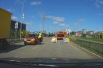 В Казани неадекватная девушка пыталась задавить дорожных работников