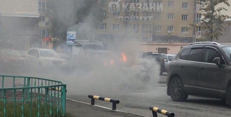 В Казани в ЖК «Изумрудный Город» загорелся автомобиль