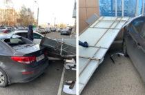 Сильный ветер в Казани повалил деревья, сорвал кровлю и уронил рекламный щит
